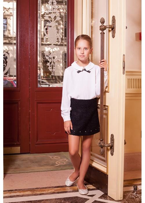 Блуза с черным бантом и брошью белая